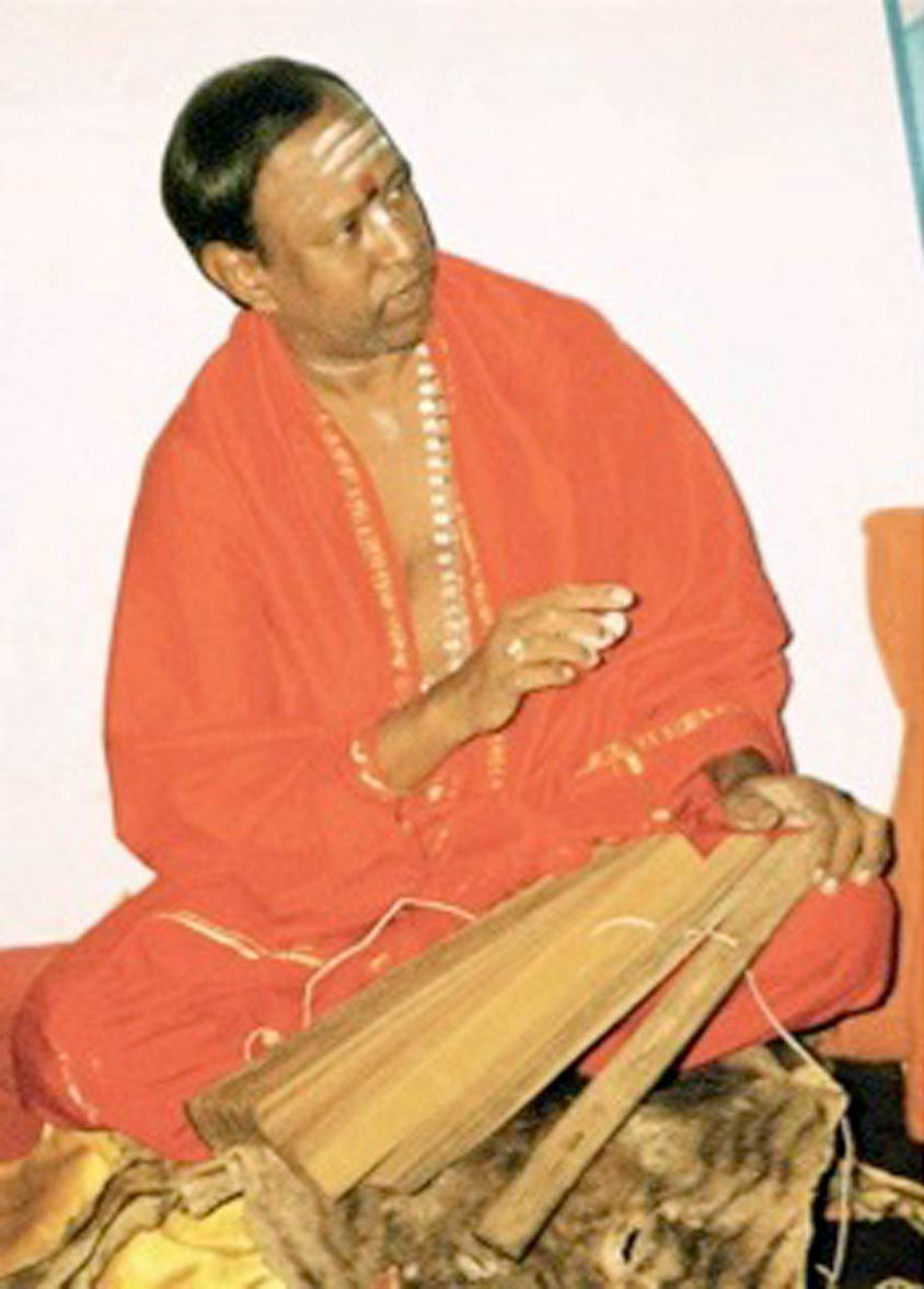Sivananda Pulippani Pathira Swamigal explaining a palm manuscript
