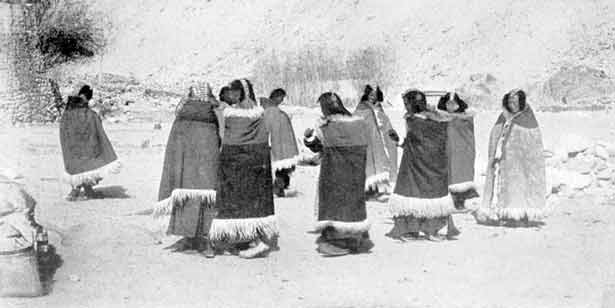 Dancing Women in Chusut