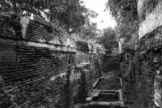 The dilapidated stepwell at Bhadaj